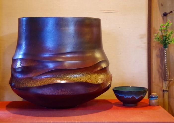 左から 高鶴享一作「黄風」 「丼茶碗」 高鶴裕太作「ミニポット」