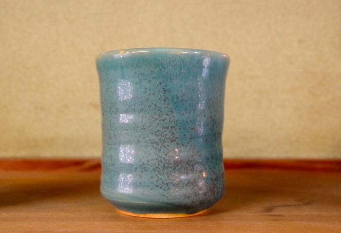 お茶飲み用には陶器の湯呑みが向いてる